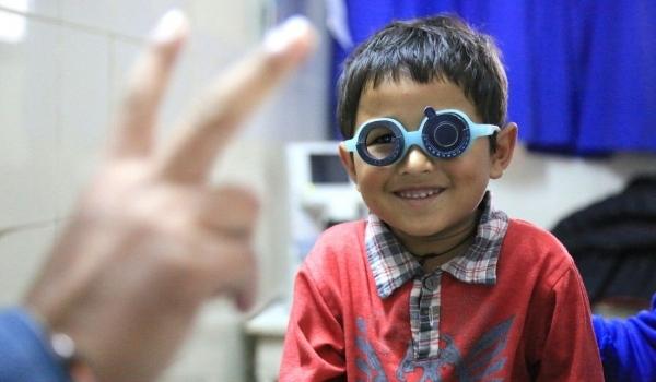 Nepalesischer Junge mit Brille