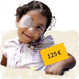 Ein kleines lächelndes Mädchen mit Augenverband daneben Preisschild 125 Euro