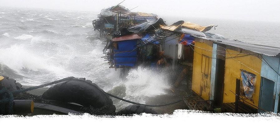 Meeresbrandung wogt gegen kleine Hütten