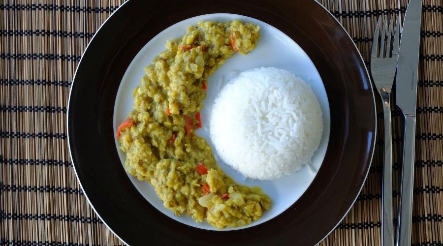 Teller mit Reis und Gemüse