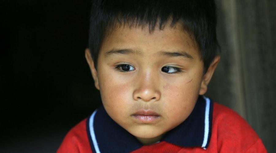 Traurig blickender kleiner Junge aus Nepal