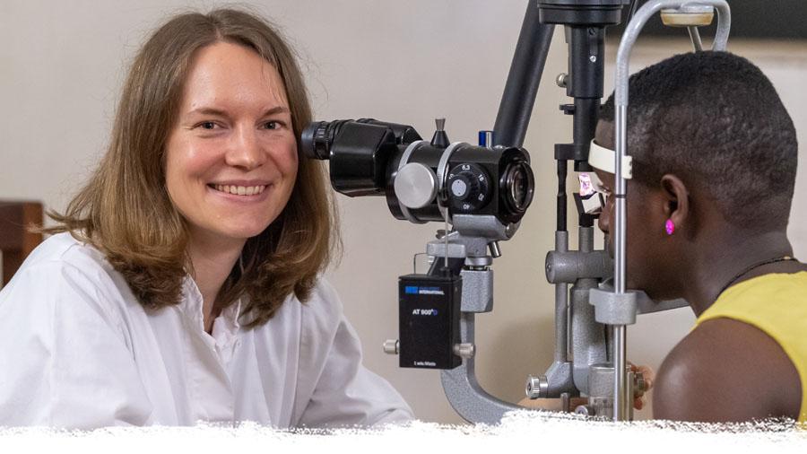 Deutsche Augenärztin untersucht tansanische Patientin