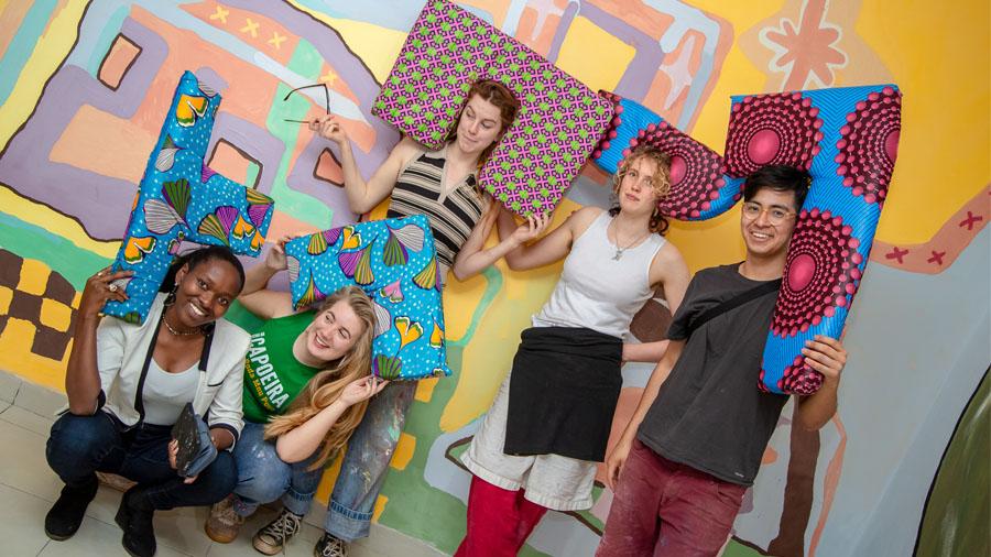 Eine Gruppe junge Menschen vor einer bunten Wand