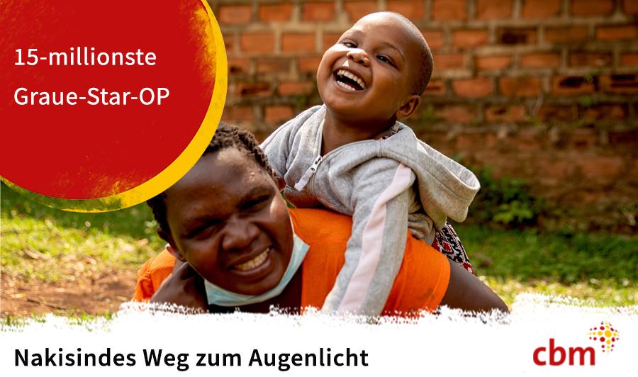 Lachendes afrikanisches Kind auf dem Rücken einer Frau. Auf einem roten Punkt steht