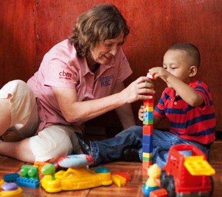 Frau spielt mit kleinem Jungen