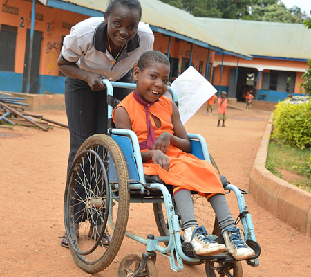Lächelndes Mädchen im Rollstuhl