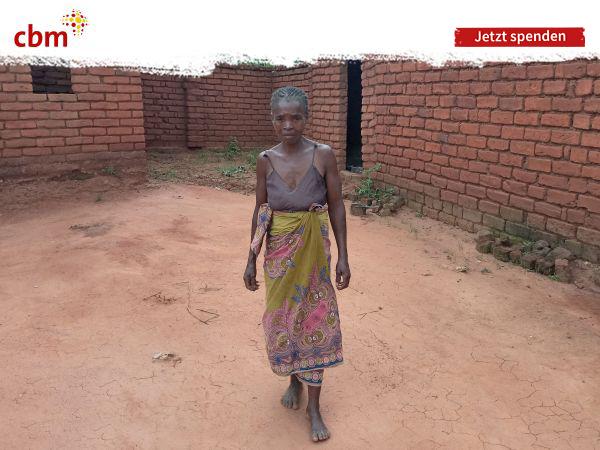 Traurig blickende afrikanische Frau, die abgemagert wirkt